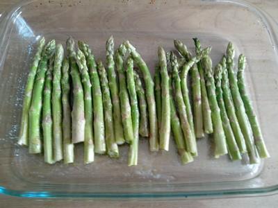 Asperges vertes rôties dans plat