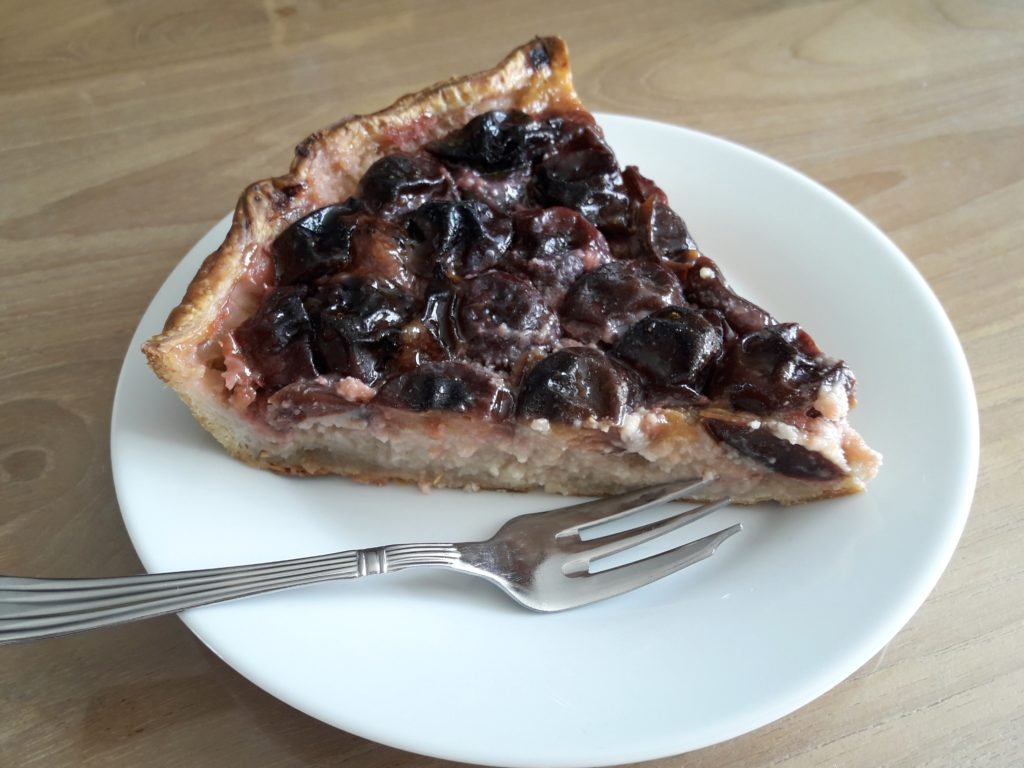 Part de tarte feuilletée aux prunes et à l'amande